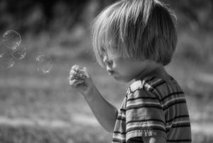 Dziecko puszcza bańki mydlane