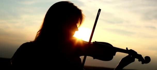 dziewczyna_grajaca_ na_ skrzypcach