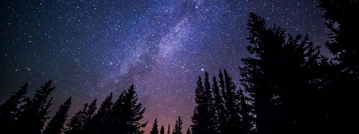 Kiedy zachodzi słońce, widać gwiazdy na wieczornym niebie